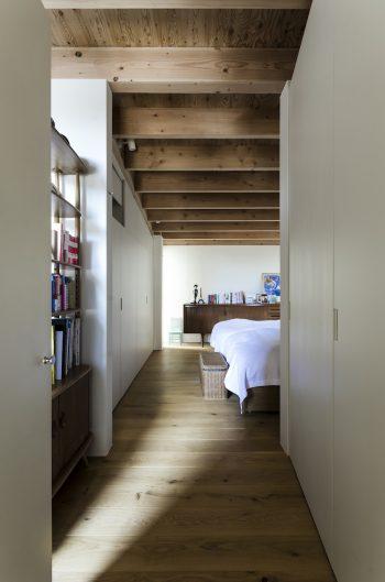 寝室入口から見る。左に奥さんのスペース、奥に進むと右手に空間が広がるというかたちで水平方向に変化が付けられている。