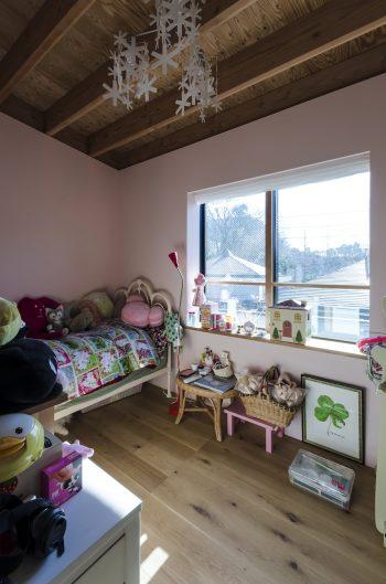 娘さんの個室。娘さんの希望で壁は薄いピンクに塗られている。