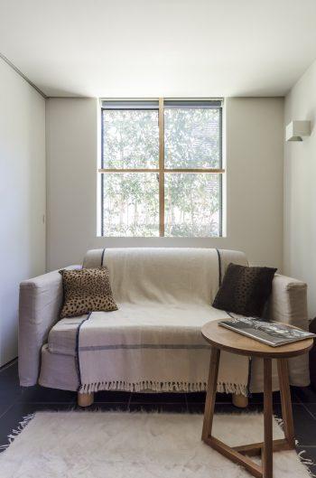 ゲストルームの用途もあるため、ソファベッドが置かれている。