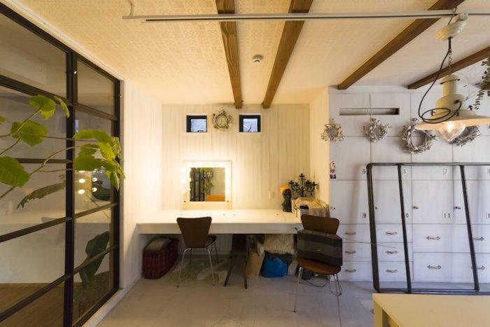 リビング、キッチンと緩やかにつながるメイクルーム。モルタルの床にナチュラルなインテリアが不思議にマッチ。