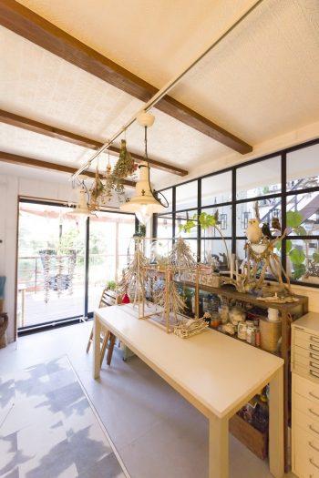 流木を使ったアート作品などを、神崎さんが自ら創るスペース。床下収納部分はアニマル柄が面白い。
