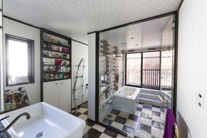 水まわりは、バスルームだけにガラスの扉をつけた。大理石の床、バスタブがゴージャス。ルーバーを開け放てば開放感もたっぷり。