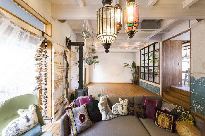 モロッコランプやハンギングの飾り、グリーンが味を出す。リビングはヨガ教室や展示会などにも利用している。