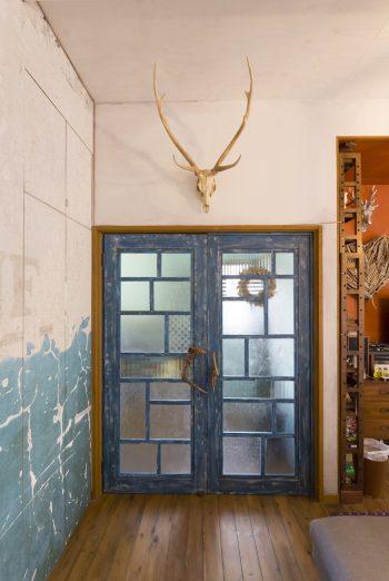工務店に頼んで作ってもらったドア。1枚1枚違う昭和のガラスがパッチワークのように楽しい。