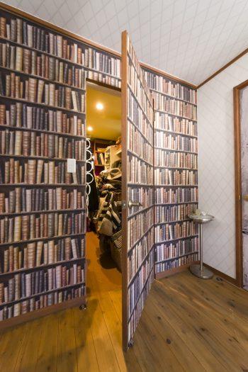 書棚の代わりに「WALPA」の壁紙で。ドアの向こうはクローゼット。