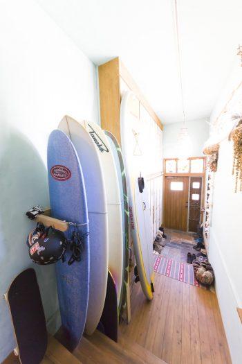 グリーンの壁が清々しい玄関。サーフボードは美香さんのもの。5歳の長男と海に行くのが楽しみ。