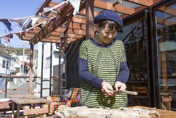 海で拾ってきた流木を、テラスで乾かす神崎美香さん。自然と一体になれる葉山の暮らしを満喫している。