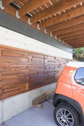 ガレージ奥の収納庫の扉は、夫がDIYで。木を組み合わせた複雑な造りに驚く。