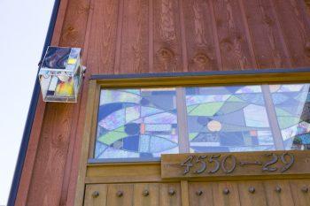 これも自ら作ったステンドグラスをドアにアレンジ。