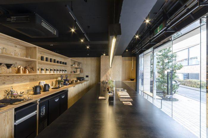 店の中央に配された鉄板カウンターはなんと長さ5m。インパクト大。