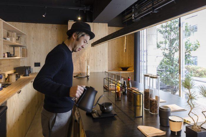 靴職人だったという渡辺一弘さん。店内のレザーアイテムは彼が手がける。