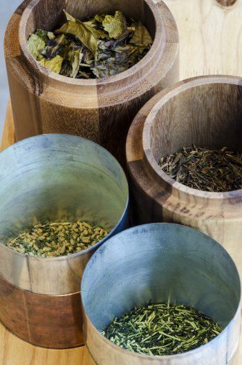 提供している4種の茶。大きさや色などを見比べるとその違いがよく分かる。
