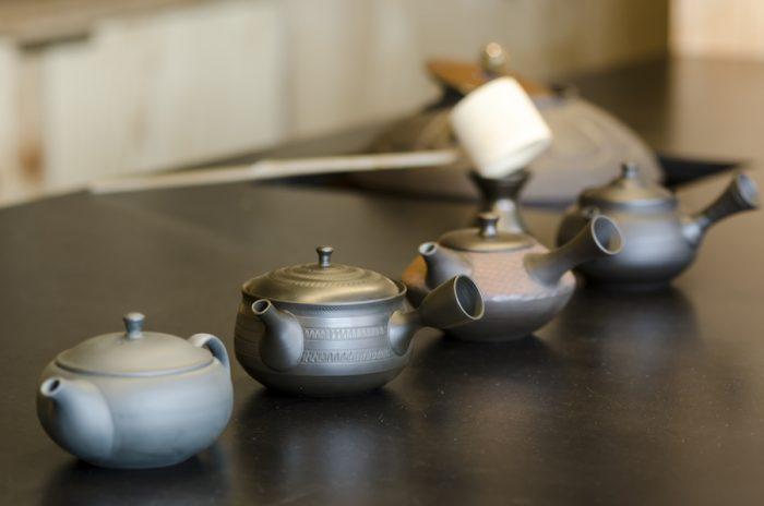 常滑焼の急須は茶葉によって使い分けをしている。奥には人間国宝が手がけた茶釜が鎮座。