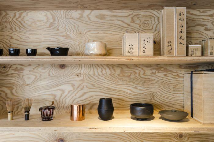 川上さんのコレクションの茶器の数々。京都開化堂の茶筒や、金網つじの茶漉しなどの道具が揃い、ここで茶会を開くことも。