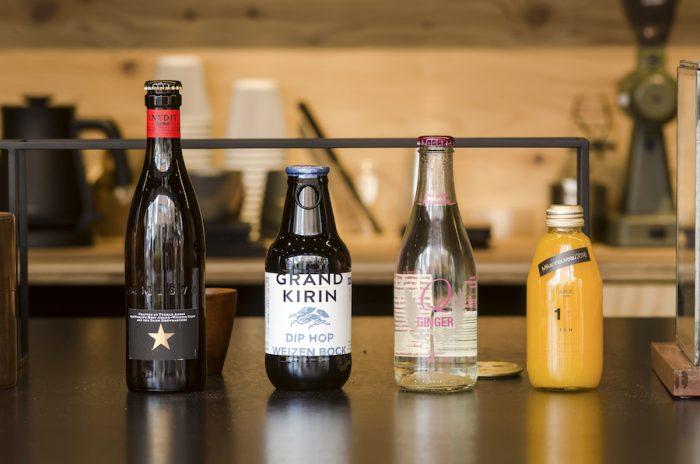 """左から、スペインのクラフトビール「INEDIT」、日本のクラフトビール「GRAND KIRIN」、イタリアのスパークリングウォーター「san benedetto」、100%無添加のみかんジュース「10""""TEN""""」"""