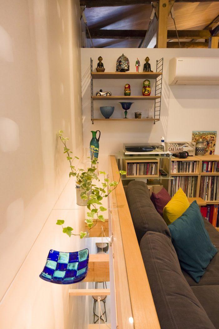 天窓から2階に落ちた光は、ソファの後ろの透明なアクリルを通り、1階のカフェに届く。