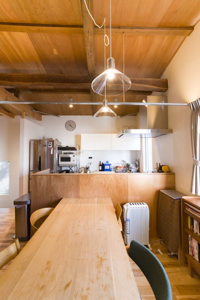 木のぬくもりが感じられる室内。対面キッチンは合板で仕上げている。