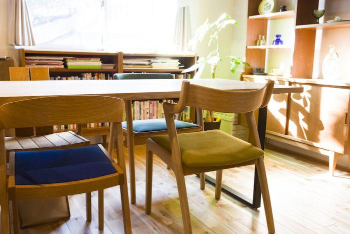 ダイニングテーブルは『杉山製作所』、椅子は『ISU-WORKS』。どちらも日本のメーカー。「カフェの棚とスツールも『杉山製作所』のものです」