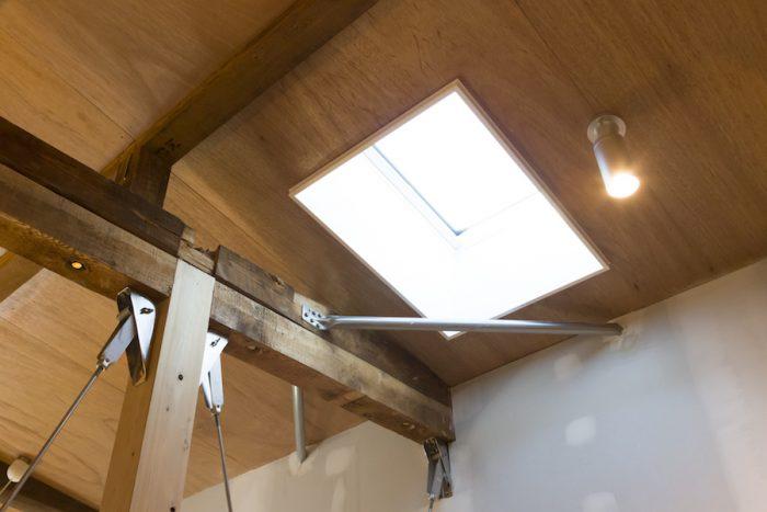 天窓からたっぷりと光が差し込む。古い柱を活かしながら、耐震性能をアップする工夫がされている。