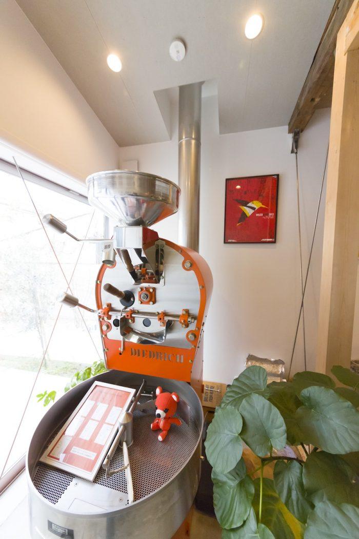 カフェの顔にもなっている『DIEDRICH』の焙煎機。「このオレンジ色は、色見本から選ぶことができました」