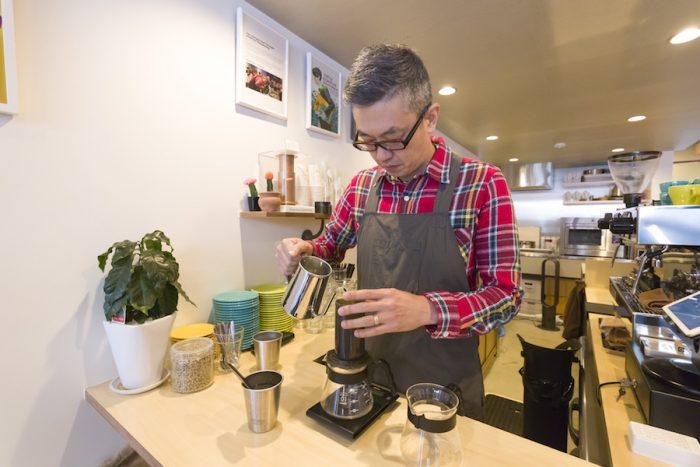 近藤剛さんは、空気の圧力を利用してコーヒーを抽出する『エアロプレス』の大会で、全国3位入賞の実力者。