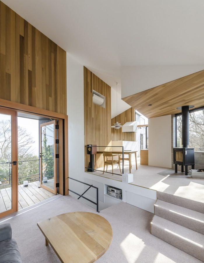 リビングからキッチンの方へ、木の壁と天井が特徴的な空間を下から上へ、右へ左へと移動しながら進むと、森の中を歩くような不思議な感触がある。