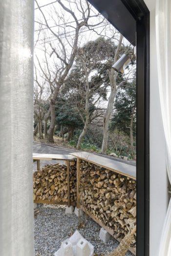 寝室から見る。薪は隣家の人とともに山からチェーンソーで切り出したものを軽トラで運んできて割ったもの。