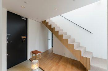玄関入って右に寝室、左(写真奥)に浴室、洗面所などの水回りがある。