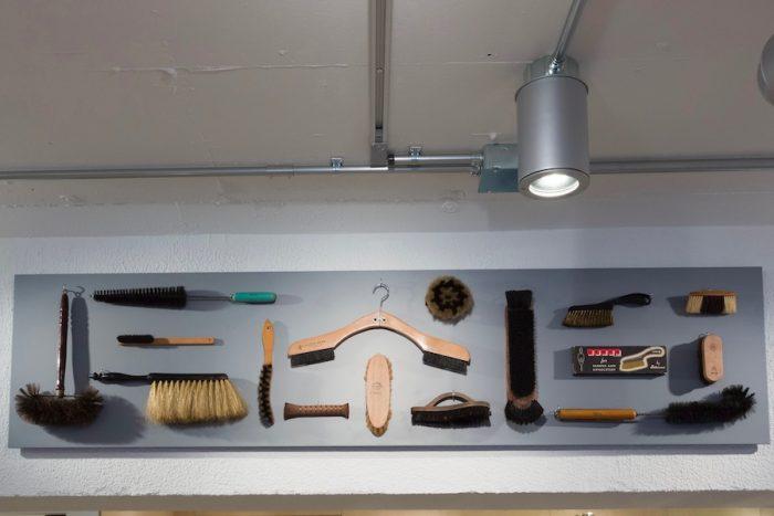 オーナー二人が旅先で見つけたブラシ付きのハンガーや日本製の棕櫚束子など、世界中から集められたヴィンテージのブラシコレクション。