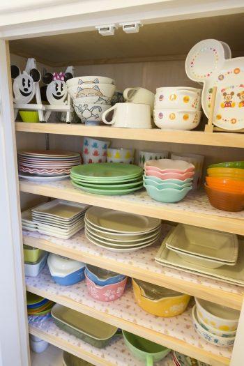 ファイヤーキングのお皿たちもさりげなく収納。「使い心地がよいので普段使いしています」(恭子さん)