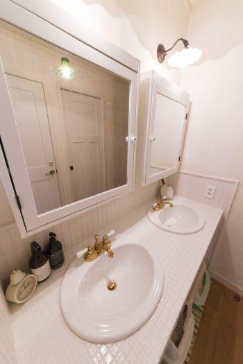 LDKの奥の一角にある洗面コーナー。ツインボウルで、忙しい朝には便利。