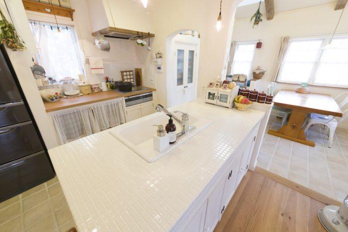 キッチン、リビング、ダイニングの床材の変化に注目。目にも楽しい。