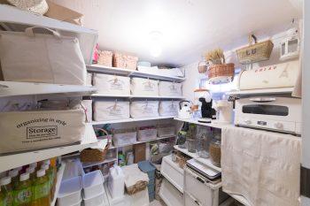 同じ収納グッズで整理整頓され、見た目もすっきり。右側のアラジンのトースターは「モチモチのトーストができておすすめです」(恭子さん)