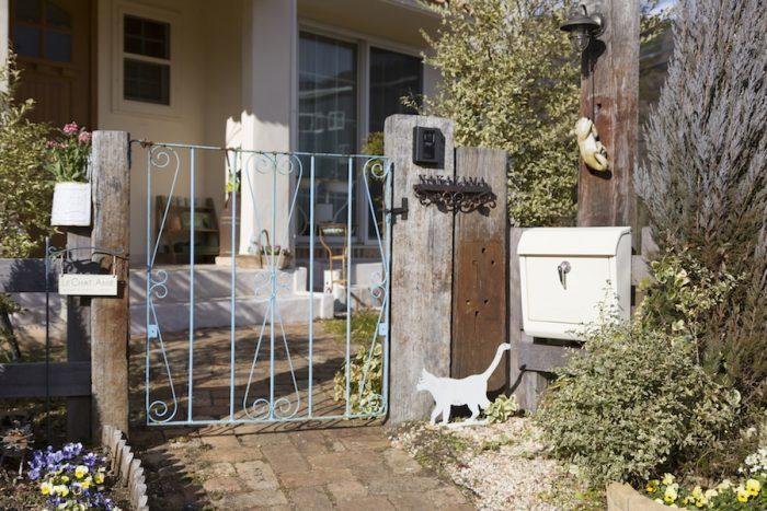 動物モチーフのアンティーク雑貨をふんだんに用いた庭。楽しい仕掛けがいっぱい。