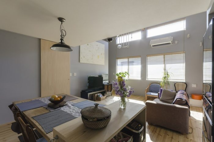 心地の良い光がまわる2階のLDK空間。夫妻がこだわって採用した壁などの色味がほどよく調和し、静かで品の良い雰囲気が漂う。