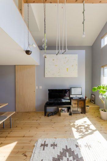 空間デザインの際に大きなポイントとなった絵が正面にかかる。