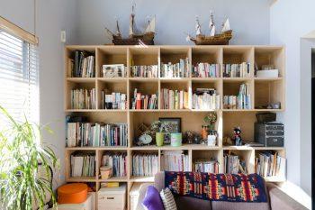 本棚も夫妻のリクエストでつくられたもの。棚の上にはお父さんが製作した船の模型が載る。