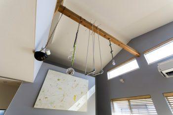 ダイニングとリビングの天井は白の壁紙を貼っていてグレー部分とのバランスが良い。