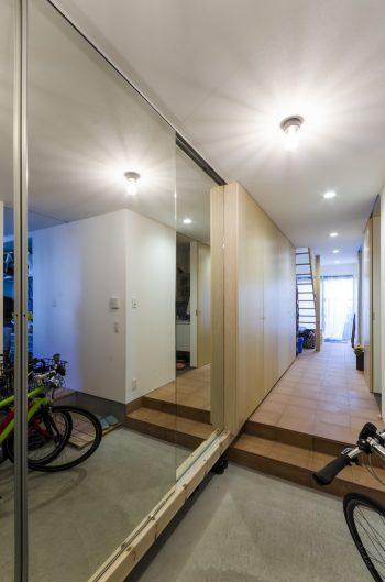 玄関を入ると少し広めの土間。阿波踊りの練習用に靴箱を鏡張りにした。奥右手にはミニキッチン付きのお父さんの部屋がある。