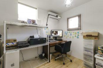 1階の綾子さんの仕事部屋。ここで写真のレタッチなどの作業を行う。