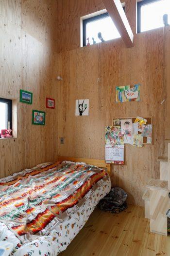 リビングとゆるやかにつながる玉葵ちゃんの部屋。右手のはしごでロフトに上がることもできる。