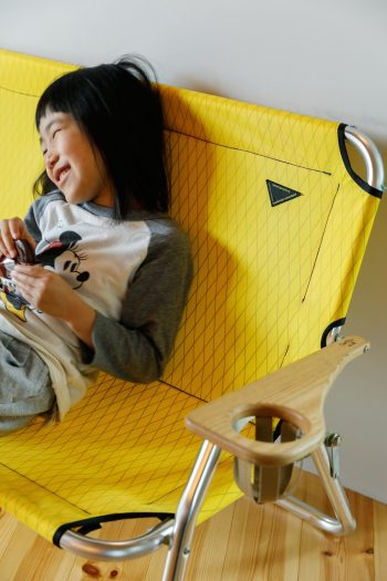 既存のアウトドアベンチを、「atelier bluebottle」で使う鮮やかなイエローの生地で張り替えた。