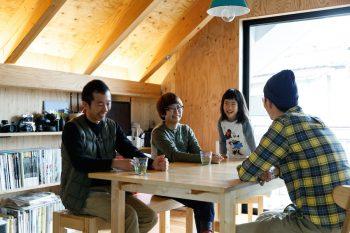 辻岡さん一家と建築家の荒木源希さん(左)。