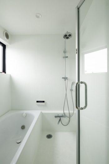 シンプルな浴室。壁や床はFRP防水で仕上げている。