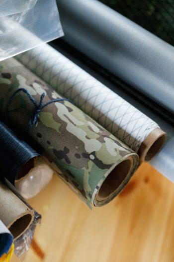 「atelier bluebottle」で使う布は、アウトドアで使うため防水性を備えるなど、特殊なものが多い。