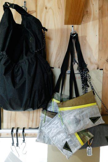 裁断コーナーの壁にはバッグパックやサコッシュなど、「atelier bluebottle」の製品がディスプレイされている。