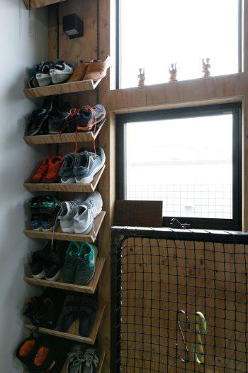 階段を上がりきったところで靴を脱ぐため、階段の一画に靴のラックが設けられている。