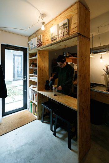 賃貸住宅「Hutte Zenpukuzi」の1室。土間キッチンの家具収納は山崎さんが自作したもの。
