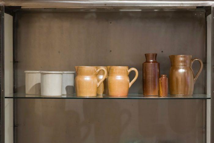 左から アイボリーツールスタンド(参考商品)ベージュジャグ ¥各2,300 ブラウンボトル(参考商品)ブラウンボトル(参考商品)ブラウンジャグ ¥5,300