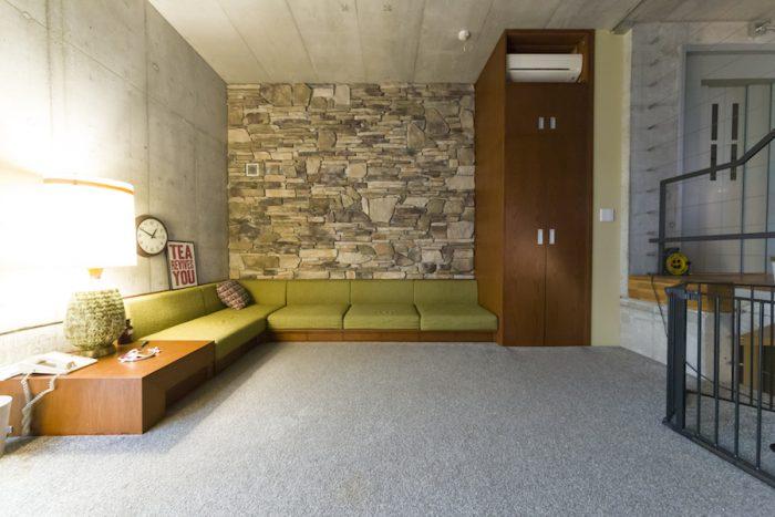 スキップフロアで繋がれた2階のリビング。壁は、「かっこよすぎる天然石よりは、フェイクをセレクトしました」。